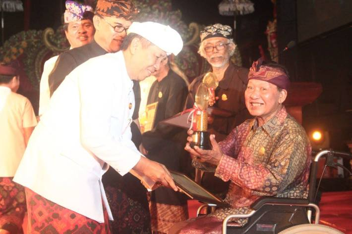 made-wianta-receives-the-award-from-bali-governor-mangu-pastika