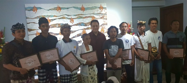 chairman-of-the-indonesian-agency-for-creative-economy-triawan-munaf-with-the-nine-finalists-of-the-2017-titian-art-prize-copy