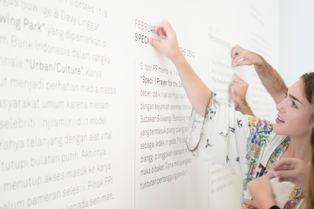 An audience member during the opening of the Unsung Museum at ROH Projects, Jakarta - Photo Credit: Wirya Satya Adenatya