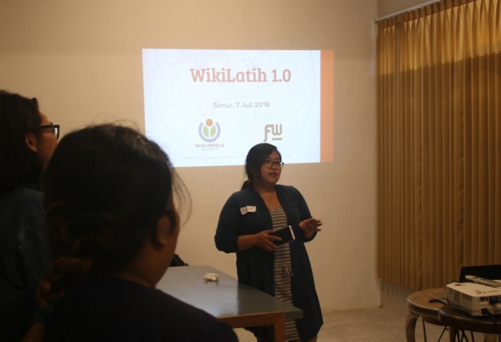 Puan Empu Seni, wikilatih 1.0 in collaboration with Wikimedia indonesia and Futuwonder, we held a workshop on how to make an entry to wikipedia, focusing on data entry of balinese female artists (2)